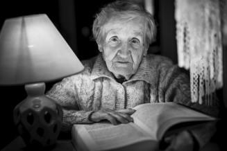 Seniorin in einer Nachtpflege-Einrichtung